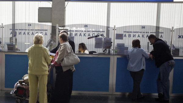 Продажа авиабилетов в аэропорту. Архивное фото
