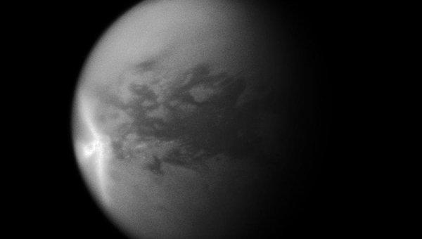 Белая стрела из метановых облаков в атмосфере Титана, спутника Сатурна