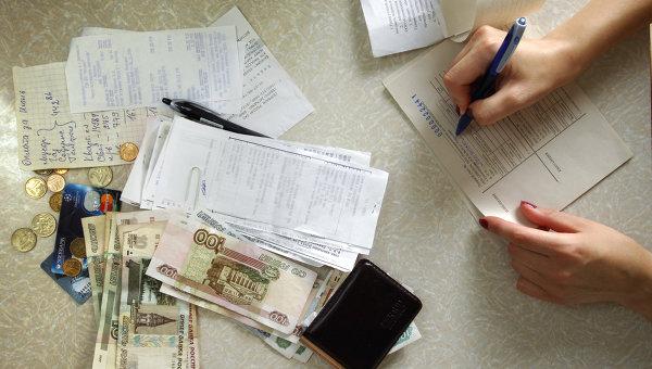 Деньги, квитанции и чеки на оплату коммунальных платежей. Архив