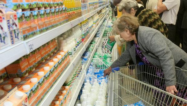 Покупатели в молочном отделе. Архив