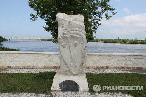 Памятник плачущей матери по погибшим сыновьям на войне в городе Поти