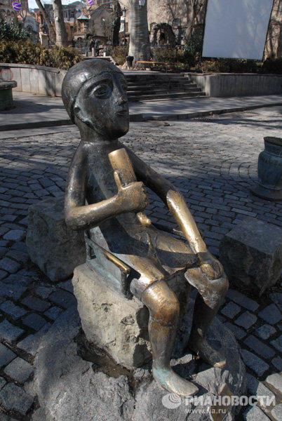 Памятник «Тамада» в Грузии