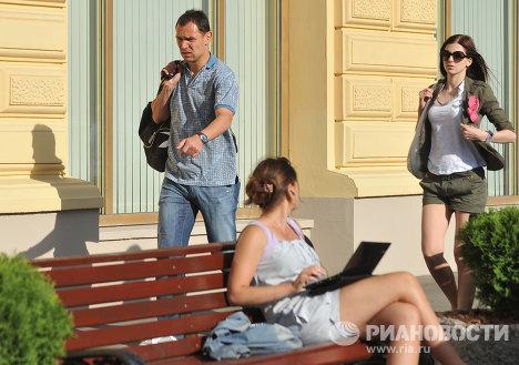 Сергей Игнашевич с супругой Натальей (слева направо на втором плане)
