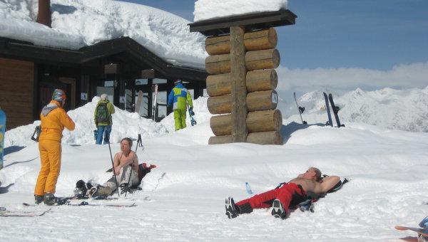 Туристы загорают на снегу в Сочи. Архивное фото