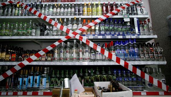 Витрина с алкогольной продукцией в супермаркете. Архивное фото