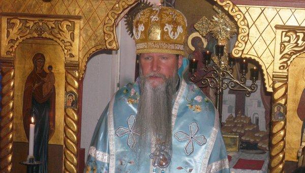 Архиепископ Кирилл по время литургии