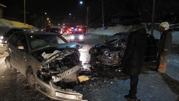 Три человека пострадали в результате столкновения семи автомобилей в Томске