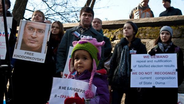 Представители русской диаспоры в Нью-Йорке вышли в субботу днем на митинг в поддержку движения За честные выборы