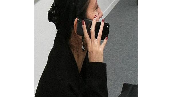 Разговор по мобильному телефону. Архив