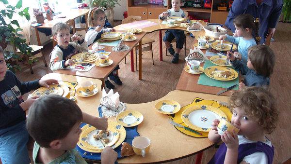 В столовой образовательного учреждения Детский сад – начальная школа. Архив