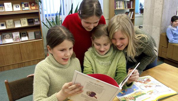 Посетители детской библиотеки. Архив