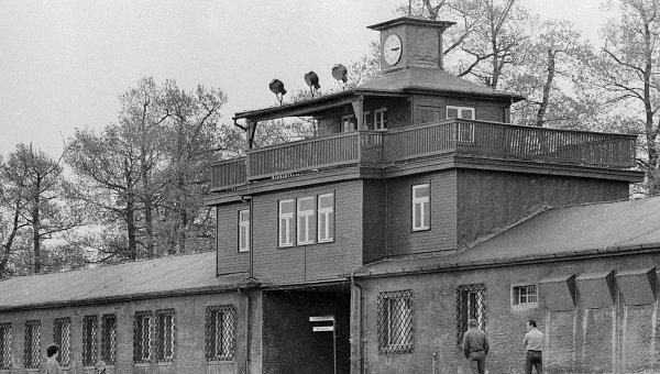 Главный вход на территорию бывшего концлагеря Бухенвальд. Архивное фото