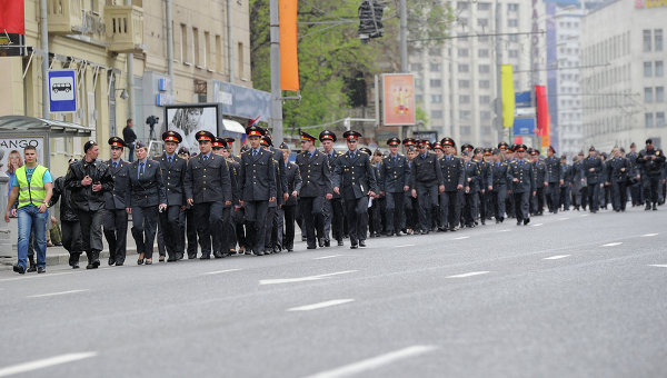 Сотрудники правоохранительных органов перед началом шествия участников акции Марш миллионов 6 мая на Большой Якиманке