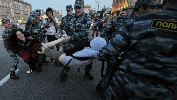Сотрудники правоохранительных органов задерживают участников сбора оппозиции на Кудринской площади в Москве. Архив