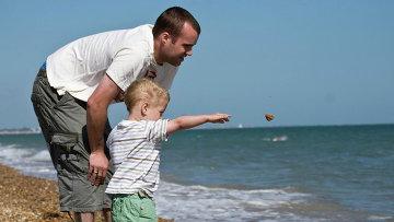 Папа с ребенком. Архивное фото