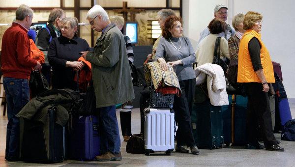 Пассажиры в аэропорту Домодедово. Архив