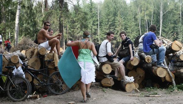 Защитники Химкинского леса перекрыли дорогу застройщикам