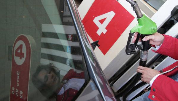 Девушка заправляет машину. Архивное фото