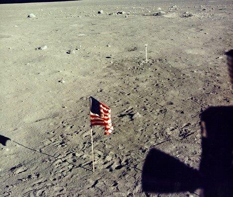 Американский флаг, установленный на поверхности Луны