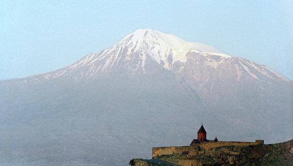 Армянский Храм Хор-Вирап на фоне горы Арарат. Архив