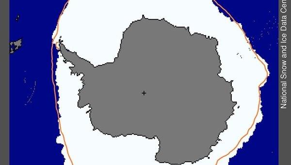 Распространение морского льда в Антарктике на 26 сентября 2012 года, оранжевая линия - медиана распространения льда за период с 1979 по 2000 годы
