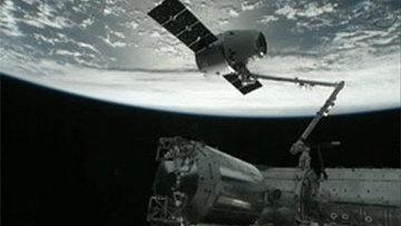 Cтыковка космического корабля Dragon к Международной космической станции. Архивное фото