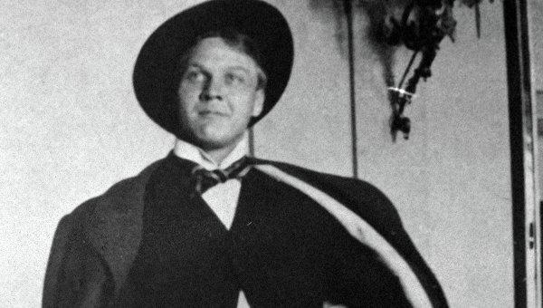 Федор Шаляпин в фойе Большого театра. Архивное фото