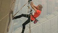 Человек-паук на присосках передвигался по стене высотой 388 метров