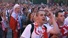Эмоции болельщиков в Варшаве во время футбольного матча России и Польши