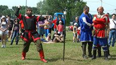Русские богатыри кидались топорами на фестивале в Сербии
