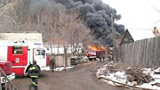 Черный дым валил от горящего склада со спецодеждой в Иркутске