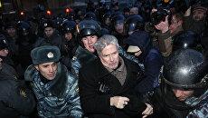 Полицейские задерживают лидера Другой России Эдуарда Лимонова на Лубянской площади