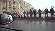 Участники акции Белый круг опоясали Садовое кольцо, взявшись за руки