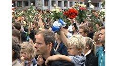 Жители Норвегии пели песни о любви, обнимались и засыпали розами Осло