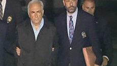 Глава МВФ Доминик Стросс-Кан предстал в наручниках перед телекамерами