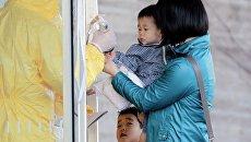 Проверка на радиацию жителей, эвакуированных из окрестностей АЭС Фукусима