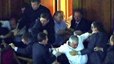 Депутаты Верховной Рады устроили драку в зале заседаний