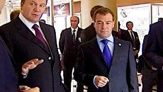 Медведев и Янукович оценили мост, достойный президентского внимания