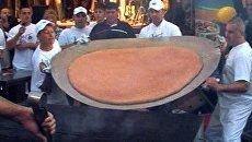 Повара зажарили полутораметровую котлету для гигантского гамбургера
