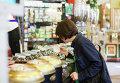 Покупательница в Чайном магазине Перлова
