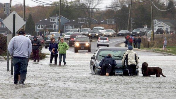 Прилив затопил улицы в Милфорде, штат Коннектикут
