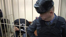 Подозреваемый в убийстве экс-полицейский прятал лицо от камер в суде