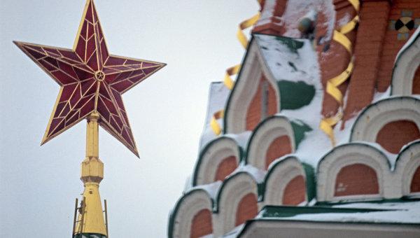 Кремлевская звезда на Спасской башне и фрагмент храма Василия Блаженного