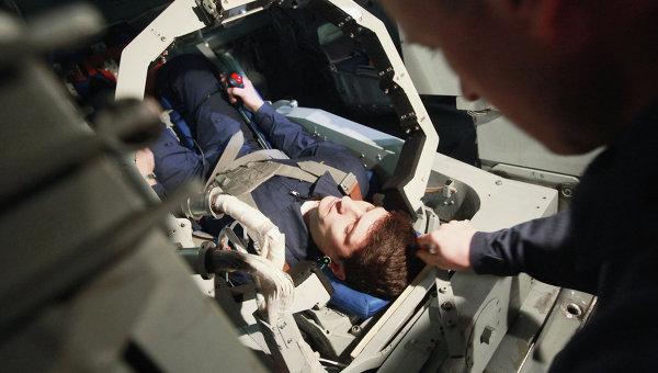 Подготовка космонавта к тренировке. Архивное фото