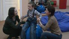 Для ребенка с признаками аутизма реабилитация в Парусе начинается с сенсорной комнаты