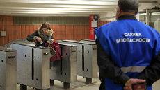 Работа контролеров в московском метрополитене. Архивное фото
