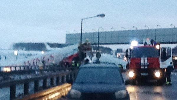 Самолет Ту-204 выехал за пределы ВПП во Внуково и загорелся