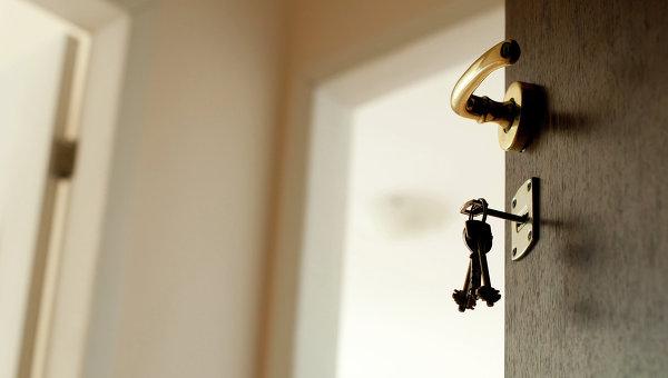 Ключ в замочной скважине. Архивное фото.