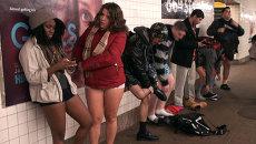 Участники флешмоба снимают штаны в метро и расхаживают в трусах