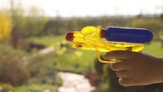 Игрушечный водяной пистолет. Архивное фото